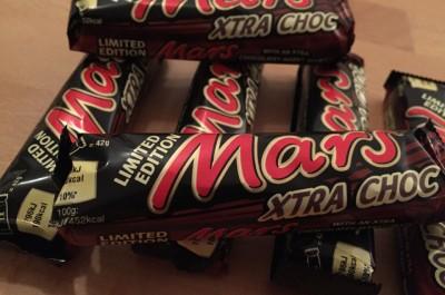 Ein Mars XTRA CHOC Riegel. Haltbar (zum Glück) bis zum 12. Juni 2016