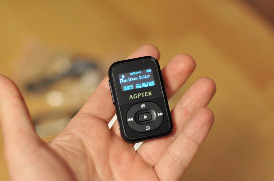 AGPTEK MP3-Player in der Hand